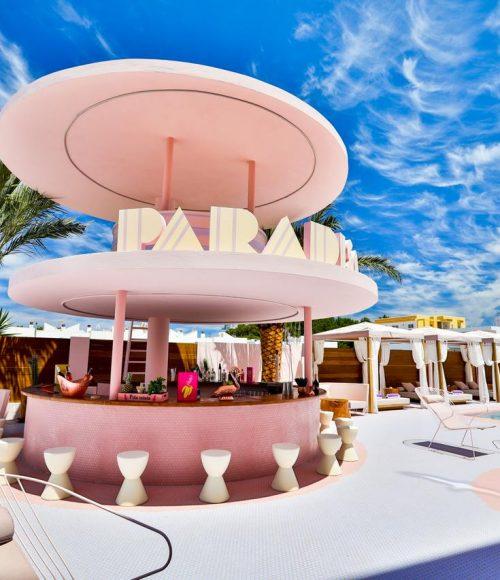 Om maar meteen te boeken: het knalroze Paradiso Ibiza Art Hotel op Ibiza