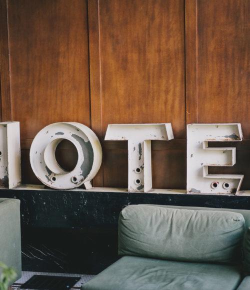 FOMO FRIDAY: HOTELNACHT AMSTERDAM 2019 (incl. luxe dellen uit de muur en al even chique hotdogs)