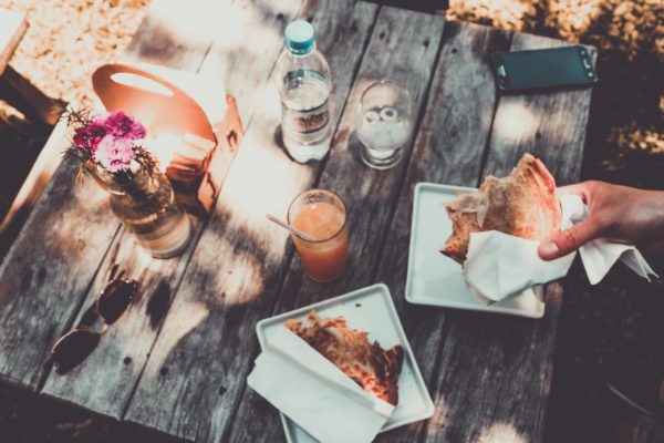 Picknicken (of gewoon borrelen) met het De Tropen picknick-borrel-pakket bij De Tropen café-restaurant Amsterdam