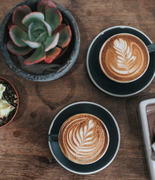 Lekkerste take out koffie adresjes (met wat lekkers) in Amsterdam