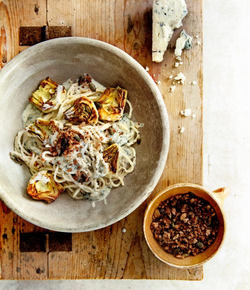 Barts Kookboekje (<30 min): spaghetti met artisjok, gorgonzola en krokante pompoenpitten