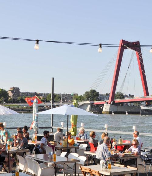 Het leukste pop-up zomerterras van Rotterdam staat weer aan: A La Plancha is back!