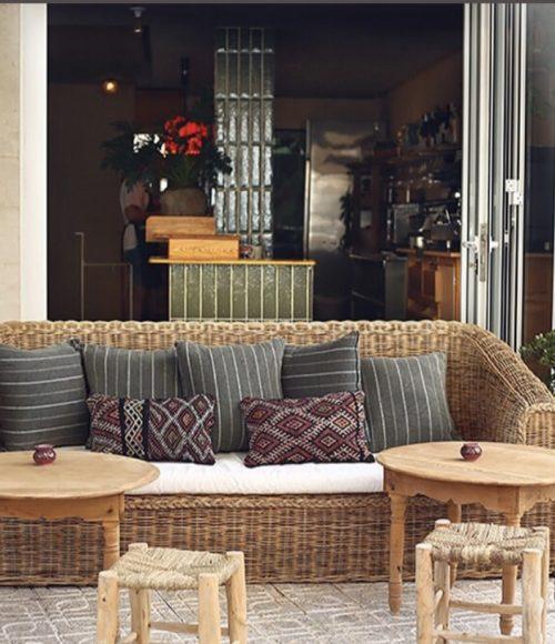nieuwe spaanse vrienden maak je bij restaurant Hambrë op Ibiza