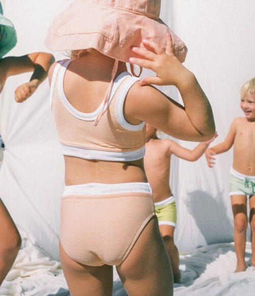 Zon-proof met UV-zwemkleding voor kindjes